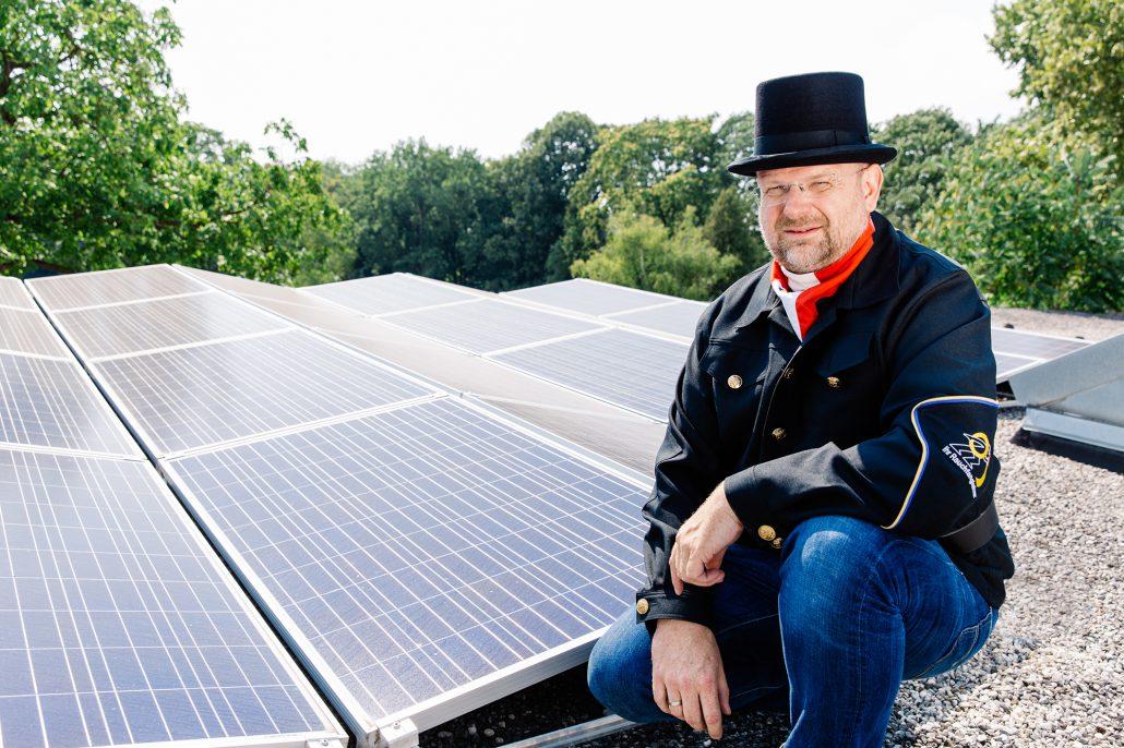Photovoltaik Anlage davor Rauchfangkehrmeister Horst Peter Pölzgutter vor seiner 10 kWp Photovoltaikanlage